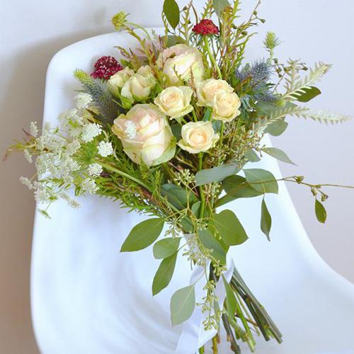 Bí quyết để có bó hoa cầm tay cô dâu dạng suối đẹp nhất