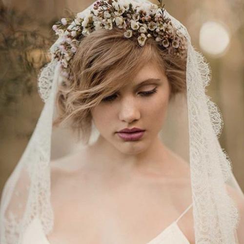 Cài tóc cô dâu cực quyến rũ bằng hoa tươi tại sao lại không?