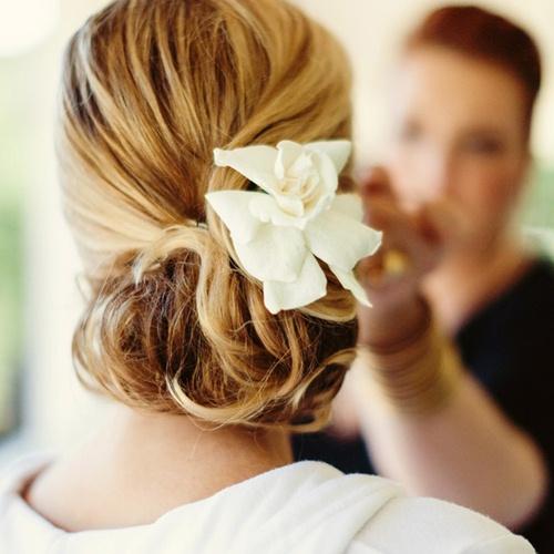 Kết hợp hoa cài tóc cô dâu với mái tóc tết như thế nào?