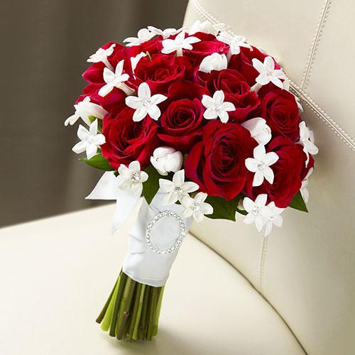Ý nghĩa của việc tung và bắt hoa cầm tay cô dâu